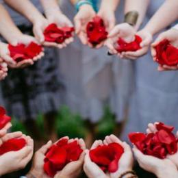 ruže v dlaních žen